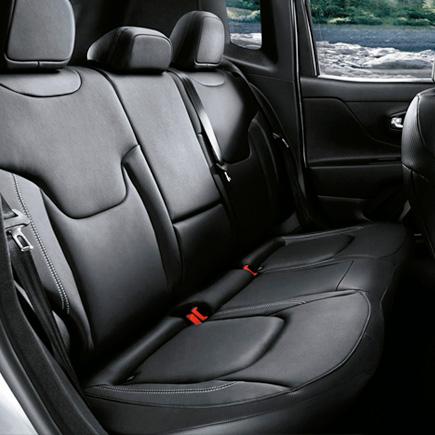 sedili posteriori frazionabili 40/20/40 con passaggio sci e bracciolo di Jeep Renegade